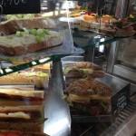 Celozrný croissant, alebo oškvarková pomazánka s ražným chlebom?