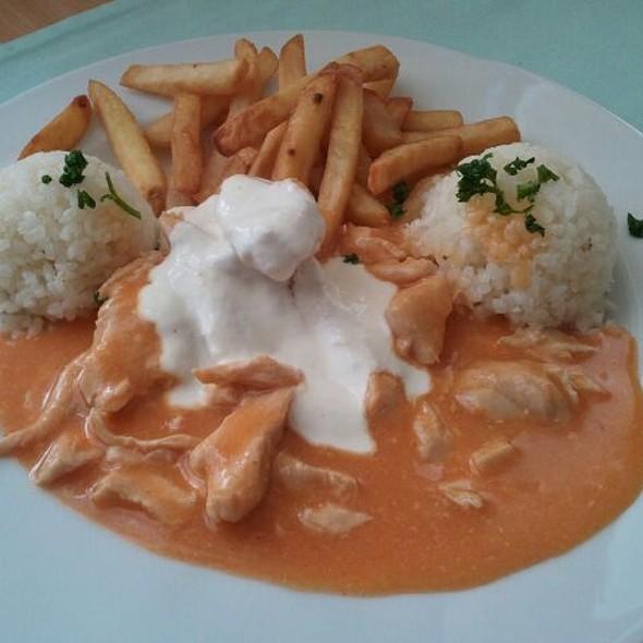 Klasické menu s lacnou kuracinkou a štedrá obloha hranoliekaj ryže a bonus v podobe smotany :-)
