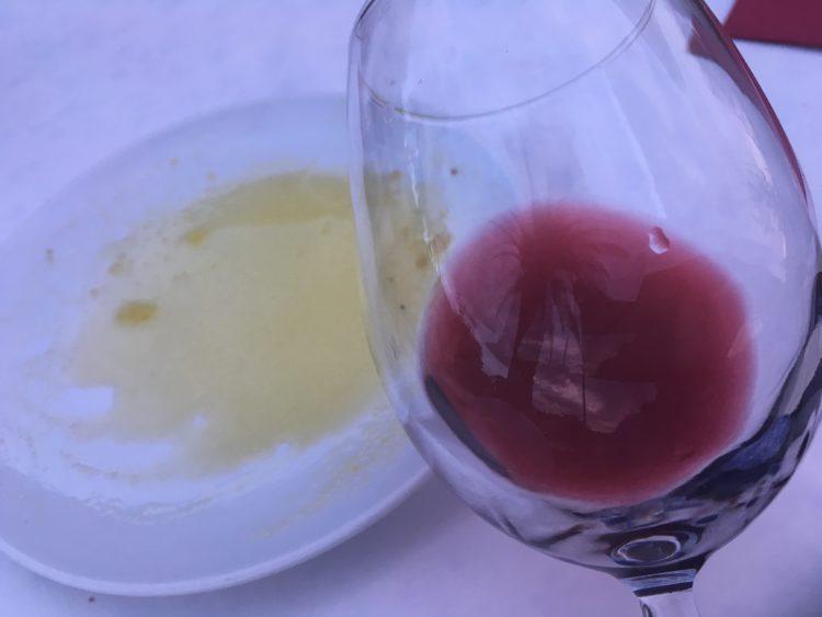 Vyberám si ľahšie a ovocnejšie suché červené vína, čo vidíte na priesračnej farbe