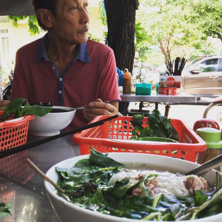 Famózne pouličné PHO BO s čerstvými bylinkami a príjemnou domácou spoločnosťou.