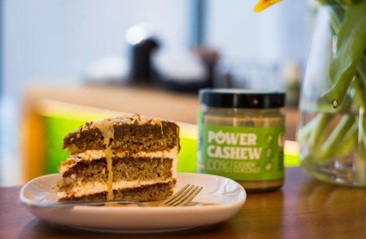 Bezlepkový Power Cake s cashew a slaným karamelom v Powerlogy space&coffee